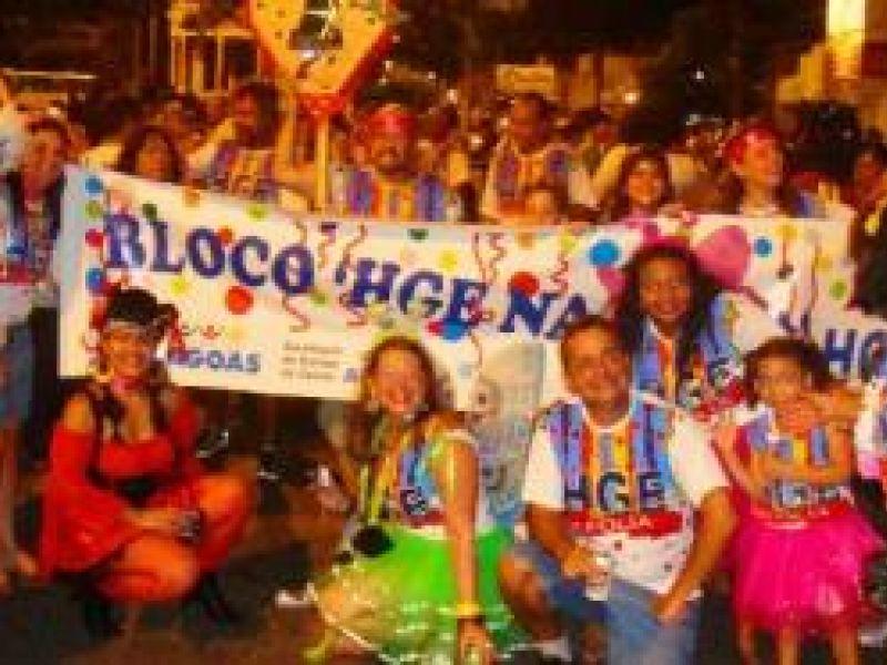Desfile do bloco HGE na Folia anima foliões nas prévias de Carnaval