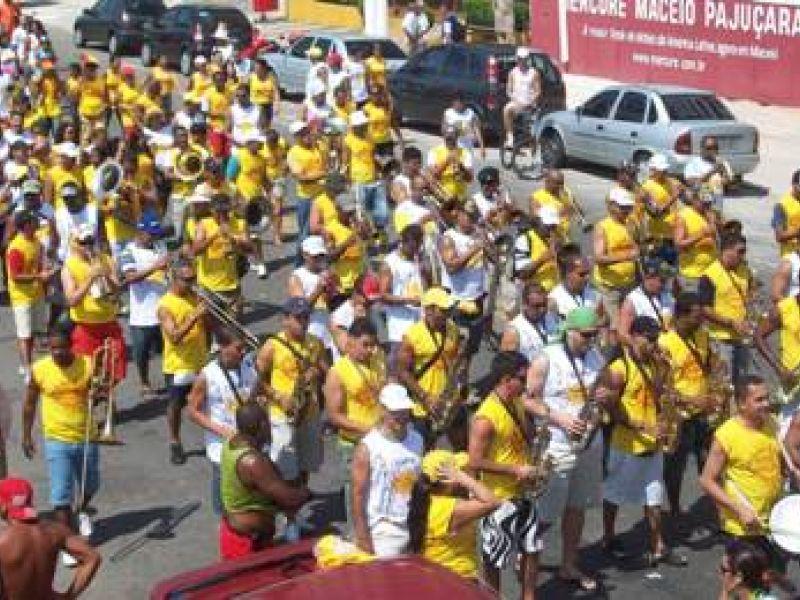 Bloco da PM arrasta mais de mil pela orla de Maceió