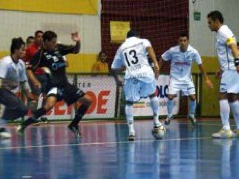 Futsal: Falcão marca três gols e Santos vence amistoso no DF