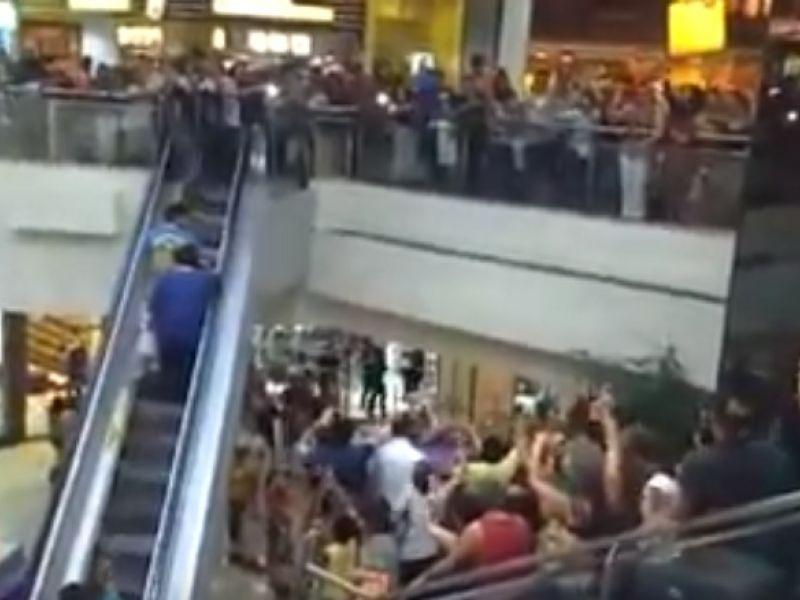 """Ao som de """"Lula Livre"""", grupo faz manifestação em shopping de Maceió"""