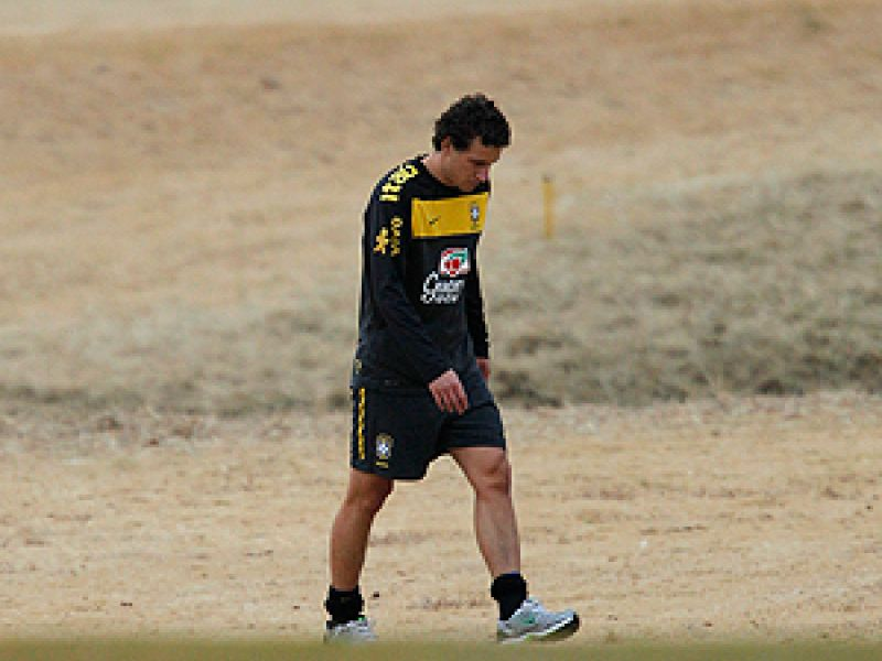 Bastante chateado com a contusão, Elano deixa o treino em Joanesburgo