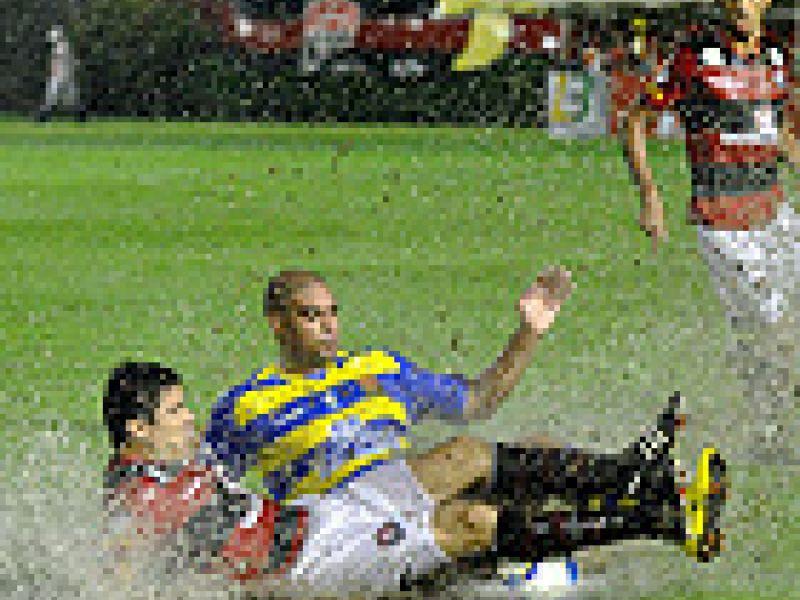 Debaixo de chuva, Vitória e Flamengo empataram em Salvador