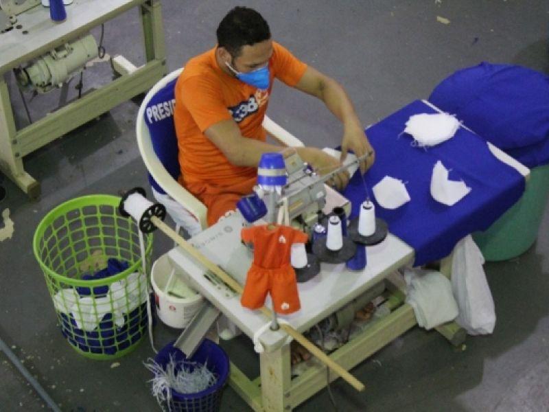 Reeducandos produzem máscaras para profissionais de saúde de Alagoas