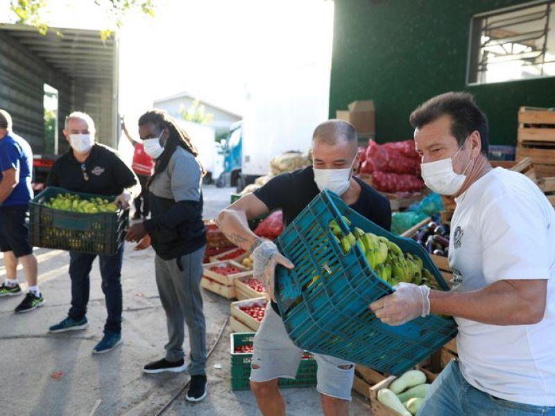 Ídolos do Inter doam 10 toneladas de alimentos em Porto Alegre