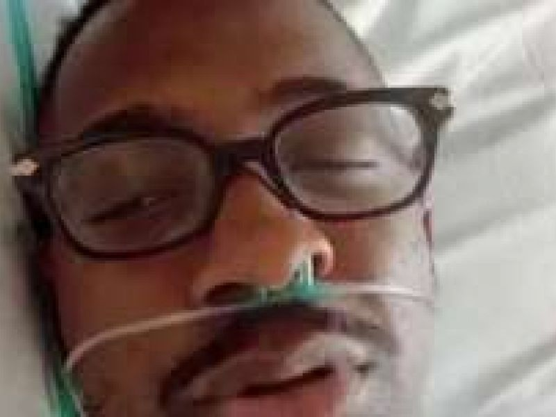 """Infectado pelo novo coronavírus, Mumuzinho faz live em hospital: """"Estou me recuperando"""""""