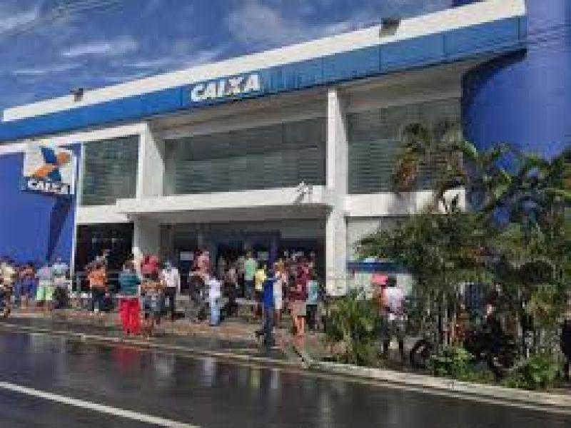 Agências da Caixa voltam a registrar aglomeração para saque do auxílio emergencial