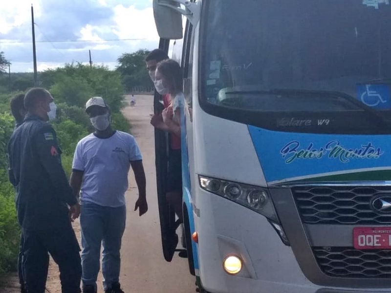 Bloqueio da PM em Poço Verde impede entrada de micro-ônibus vindo de São Paulo