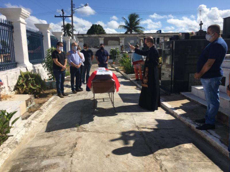 Vídeo: em cerimônia restrita a familiares, Dr. Hélio Lopes é sepultado em Penedo