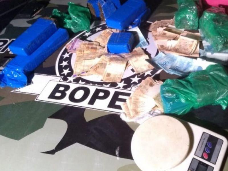 Após denúncia, Bope apreende 6,8 Kg de maconha, moto e R$ 5.700 na parte baixa de Maceió