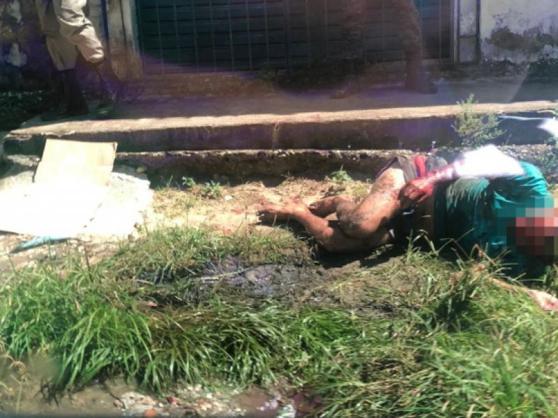 Homem é linchado após surtar e esfaquear a própria mãe na Vila Matias, em Penedo