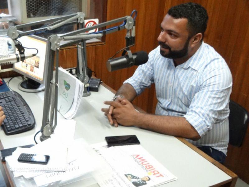 Com adiamento das eleições, João Lucas volta às ondas do rádio na segunda