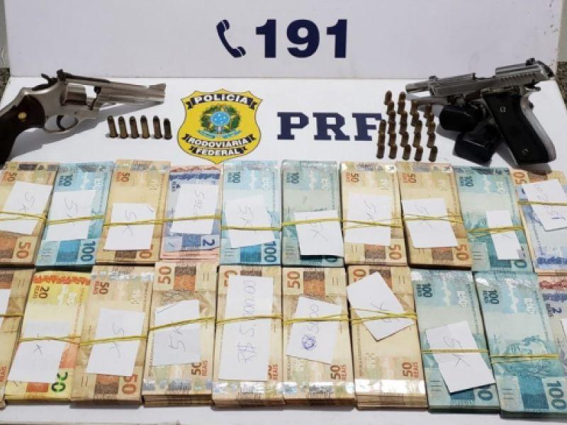 Dupla é presa e encaminhada à delegacia de Penedo após ser flagrada com armas de fogo e mais de R$ 80 mil em espécie