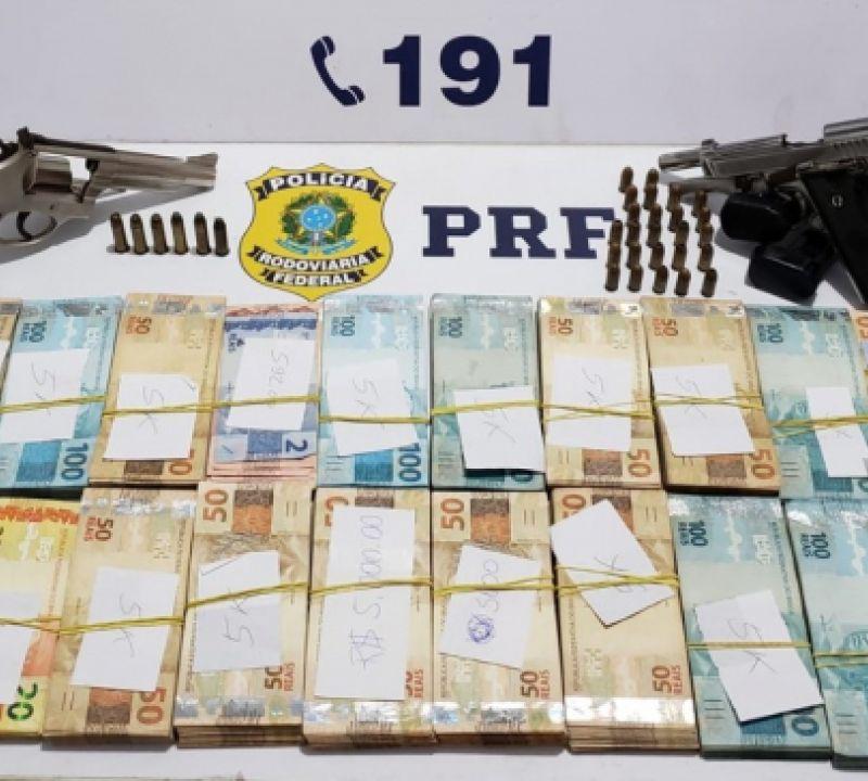 Dupla é presa após ser flagrada com armas de fogo e mais de R$ 80 mil em espécie