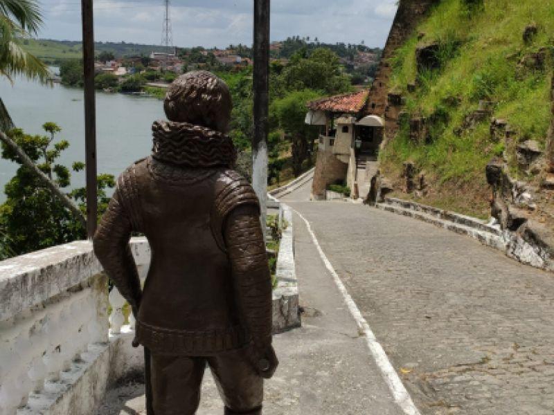 Estátuas de figuras ilustres embelezam pontos turísticos do município de Penedo
