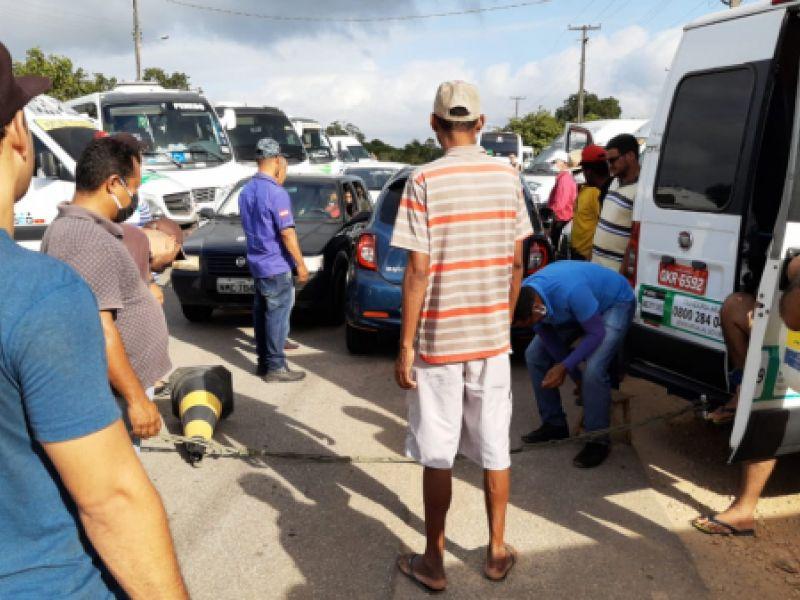 Motoristas de transporte complementar bloqueiam pontos durante protesto em Penedo