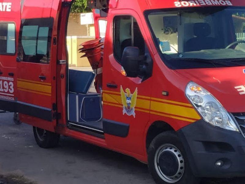Caminhão tomba em rodovia de Penedo e deixa motorista preso às ferragens