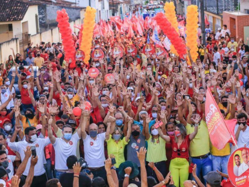 Ronaldo Lopes (MDB) faz caminhada histórica pelas ruas de Penedo