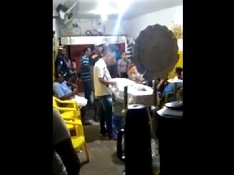 Família realiza desejo de comerciante e faz velório em bar com direito a bebida e música