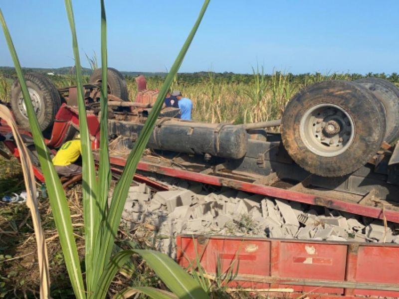 Capotamento de caminhão deixa duas pessoas mortas e uma ferida em Coruripe