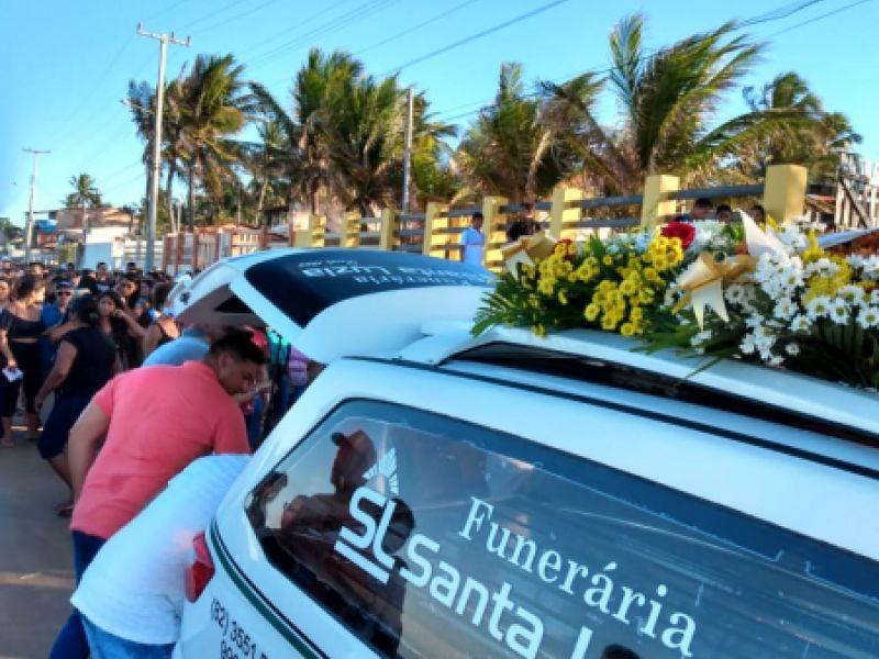 Jovem que morreu em acidente neste domingo, 17, é sepultada no Pontal do Peba