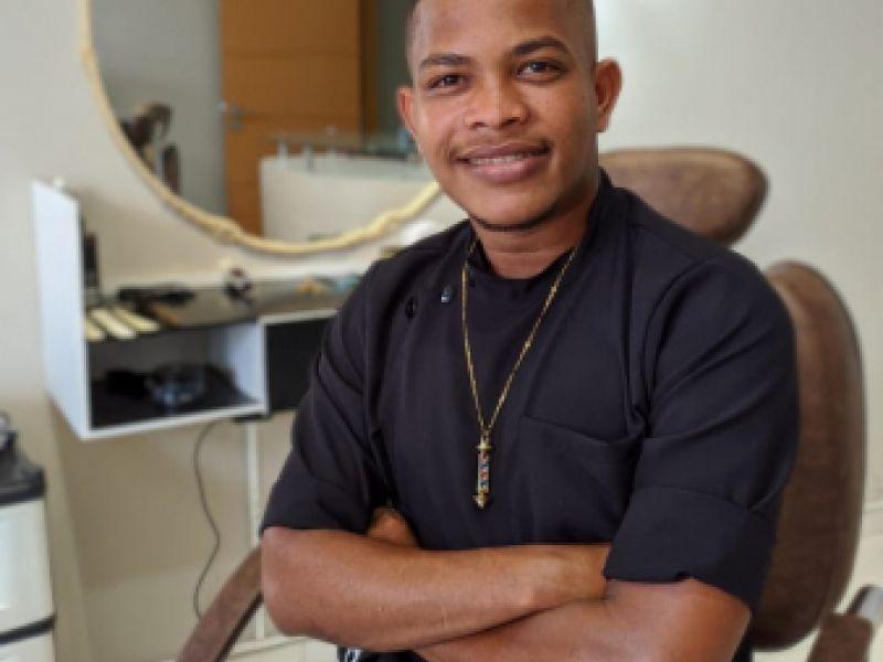Negócio de jovem que deu certo: jovem barbeiro faz sucesso entre os penedenses
