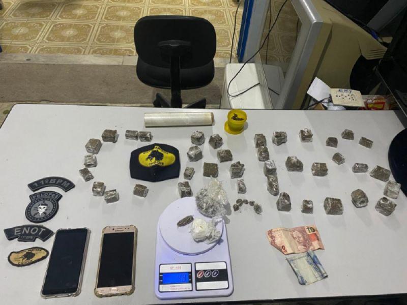 Jovens são presos flagrados com drogas em bar da parte alta de Penedo