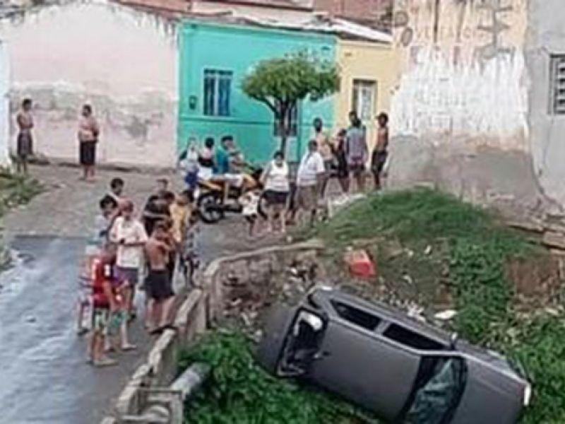 Homem é espancado e tem veículo jogado em riacho após tentar atropelar filho e crianças