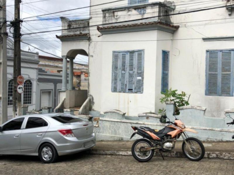 Imóvel abandonado é alvo de denúncias no Centro da cidade de Penedo