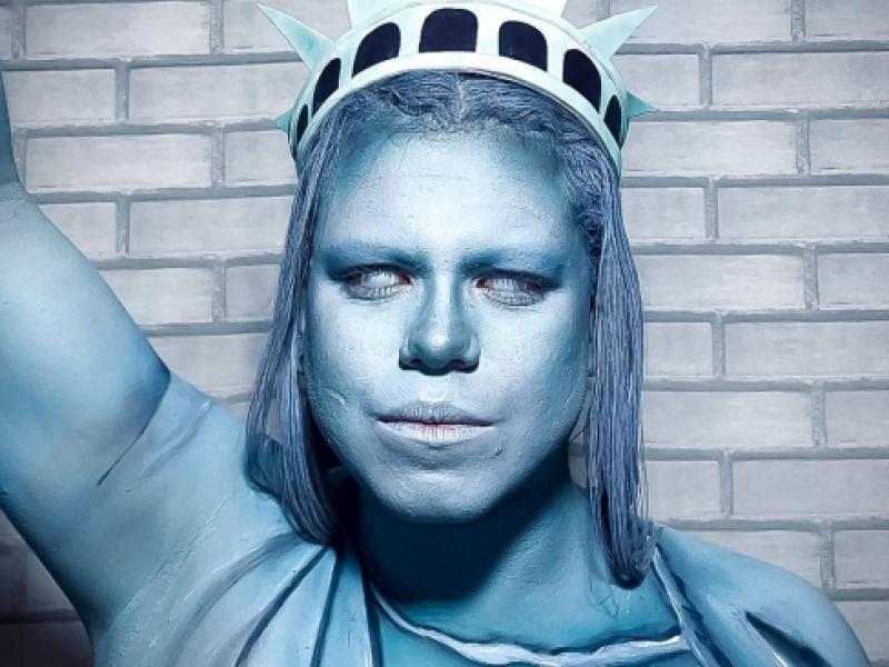 Jovem Penedense que expressa arte nas redes sociais,  recria em performance artística a Estátua da Liberdade.
