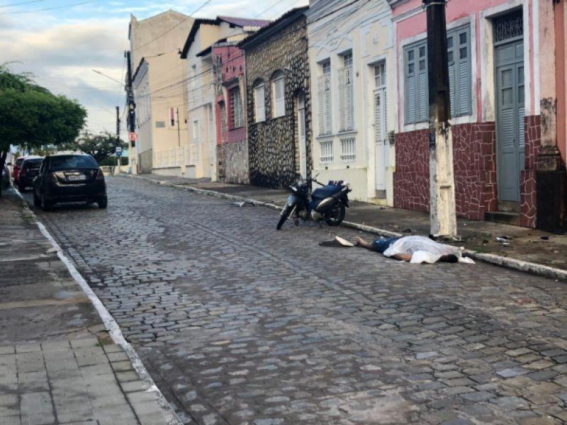 Durante madrugada, homem morre ao colidir motocicleta em poste no Centro de Penedo