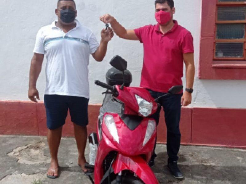 Morador do Tabuleiro dos Negros vence sorteio e recebe moto do Sport Club Penedense