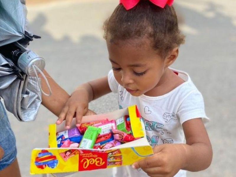 """Integrantes do """"Mãos que Abraçam"""" distribuem chocolates para crianças de Penedo"""
