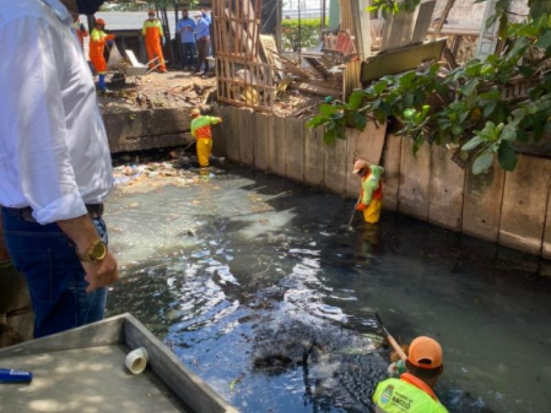 Prefeitura retira 500kg de lixo de canal no conjunto Virgem dos Pobres I