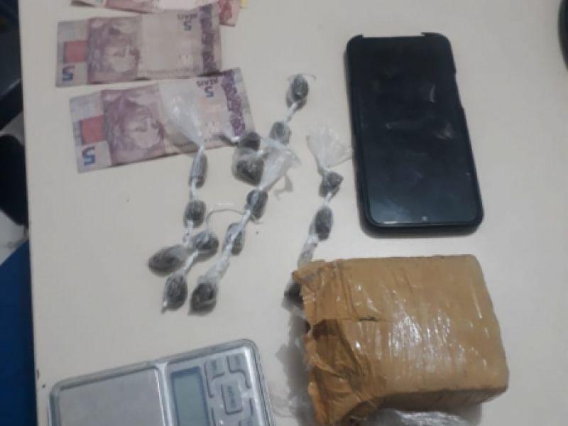Jovem tenta escapar de abordagem policial, mas acaba preso por tráfico de drogas em Penedo