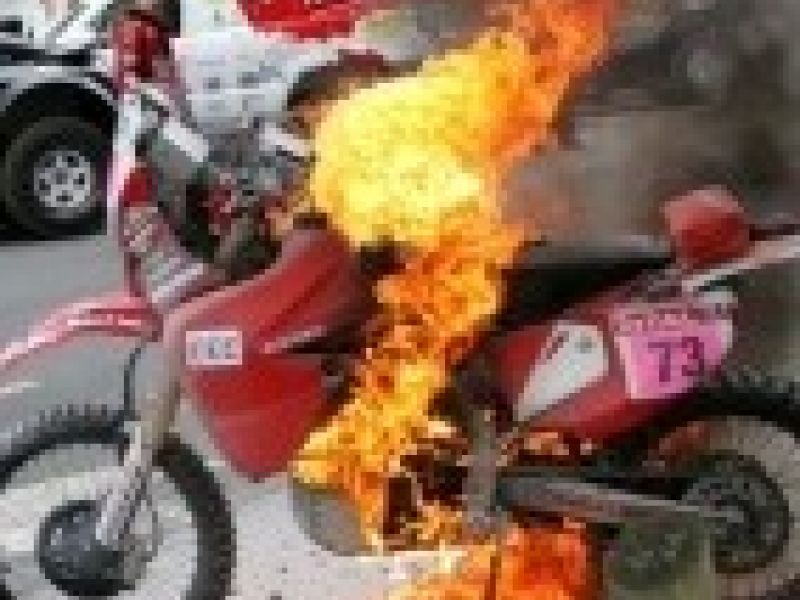 Moto incendeia antes da largada do Rali Dakar
