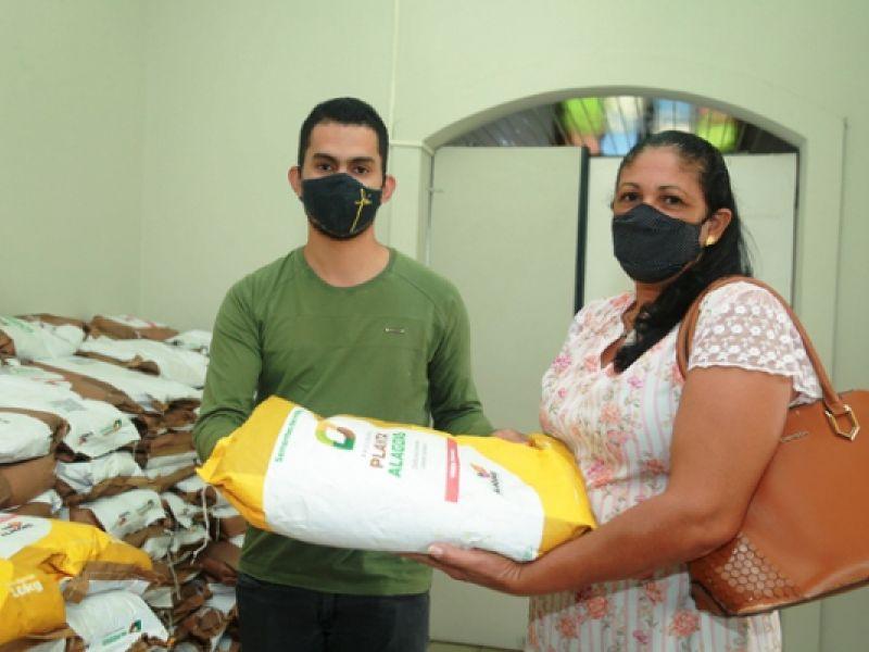 Agricultores da cidade de Penedo recebem sementes na sede da Semada