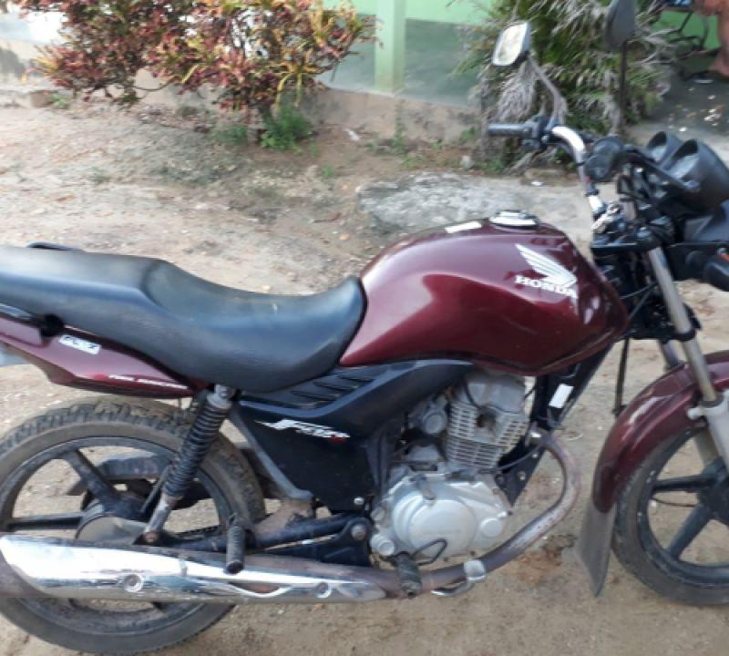 Jovem tem moto roubada por criminosos armados em povoado de Penedo