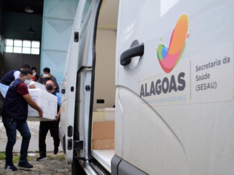 Governo de Alagoas inicia distribuição de 49.172 doses de AstraZeneca e Pfizer