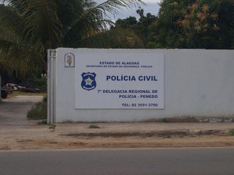Acusado de abusar de duas enteadas é preso e encaminhado à delegacia de Penedo