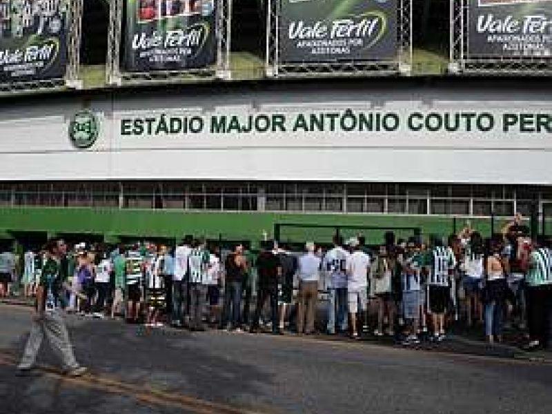 Torcida do Coritiba protesta abraçando o Couto Pereira