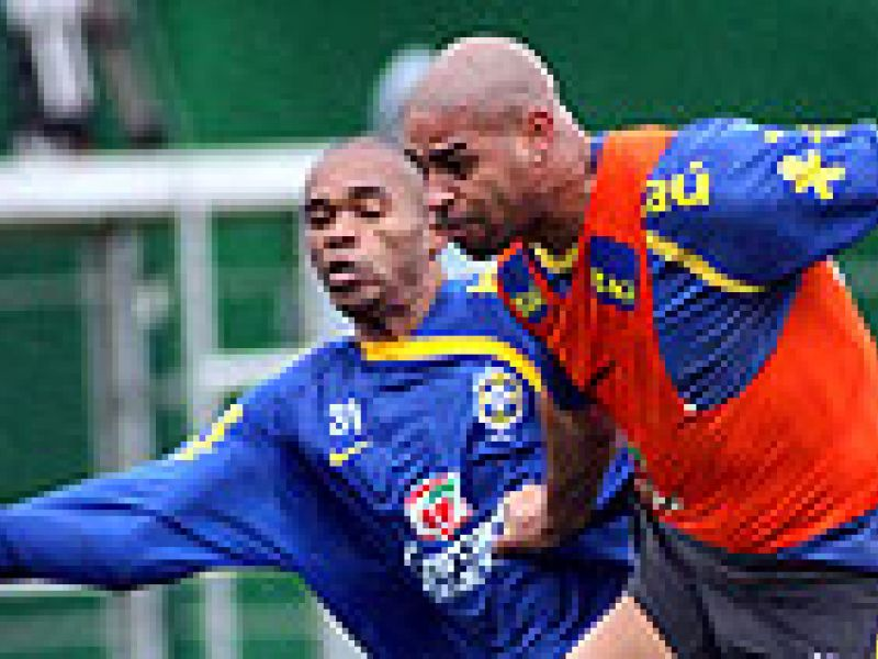 Adriano é destaque no treino da Seleção brasileira