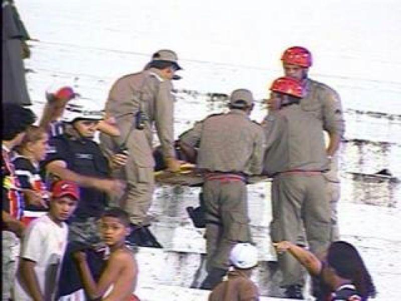 Torcedor do CSA cai da arquibancada no Recife