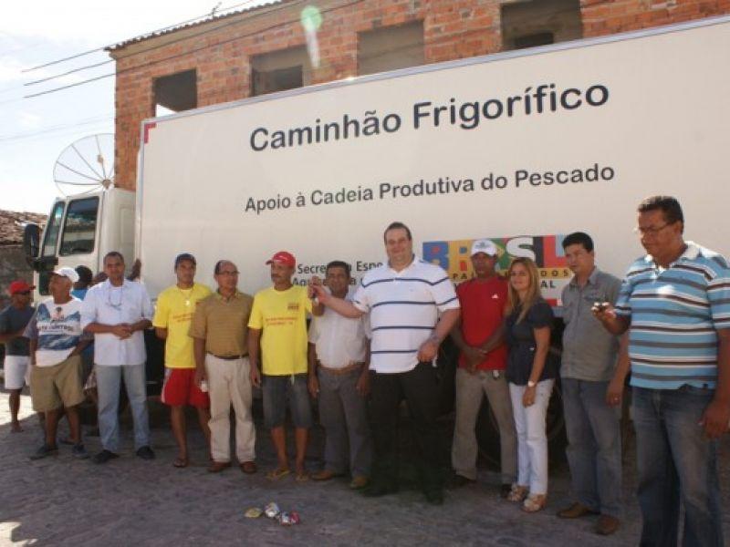 Pescadores de Piaçabuçu recebem caminhão frigorífico