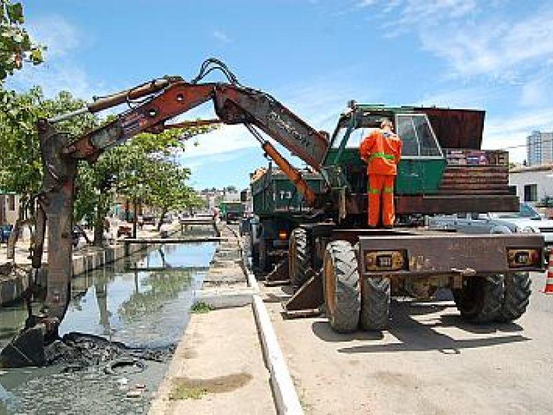 Slum mobiliza equipes para limpar canais e evitar inundações