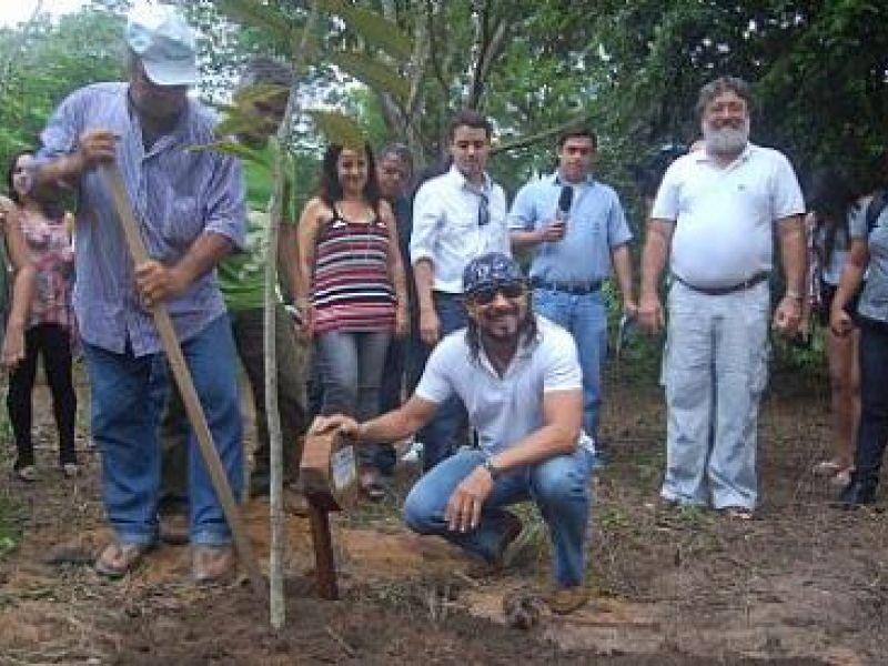 Cantor Bell Marques planta árvore no Parque Municipal de Maceió