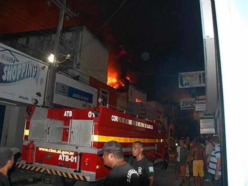 Incêndio destrói Loja dos Colchões no Centro de Maceió