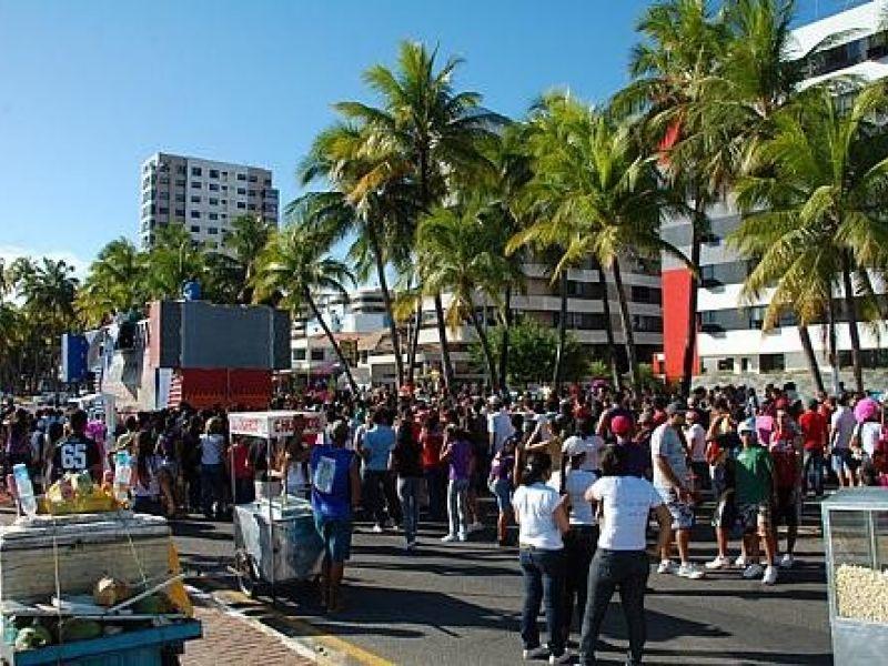 "Jovens comparecem a ""Marcha para Jesus"" na orla de Maceió"
