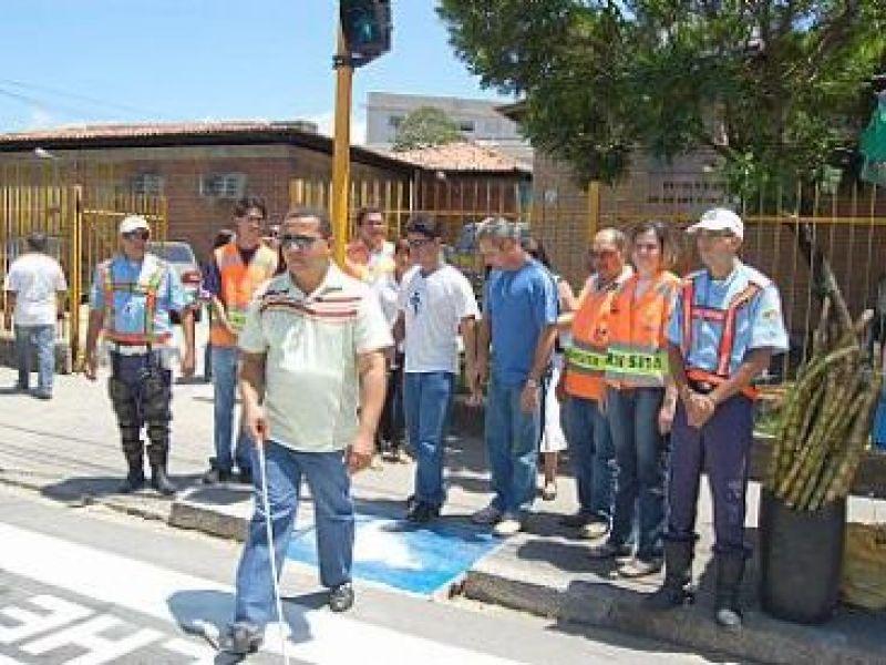 SMTT inaugura semáforo sonoro em frente à Escola de Cegos