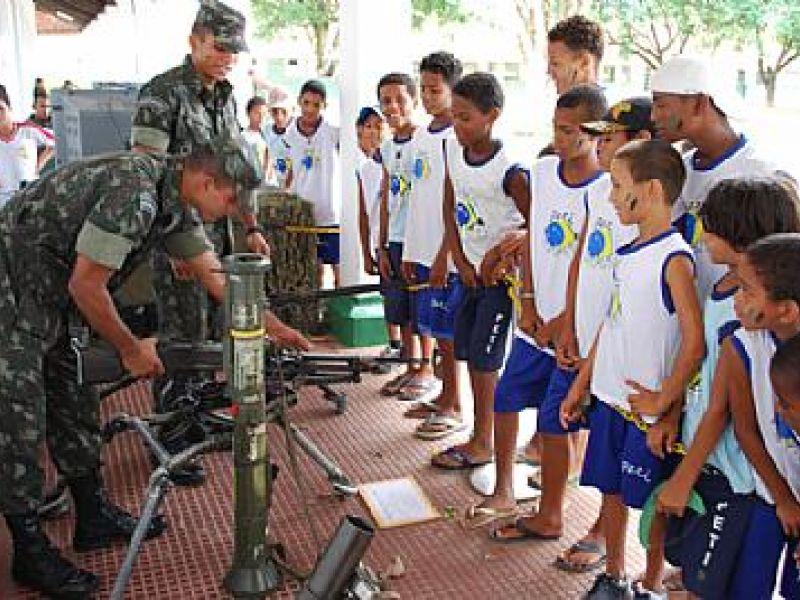 Crianças do Peti vão ao 59º Batalhão de Infantaria