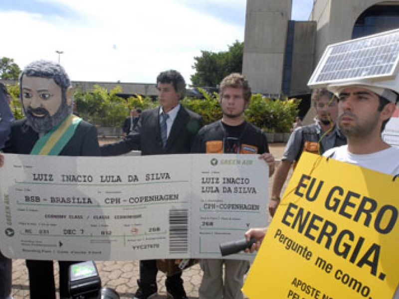 Ativistas fazem protesto para Lula ir à COP15